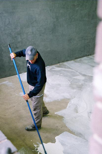 Fives court photo: preparing floors for screeding